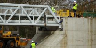 Colocado el nuevo tramo de la pasarela peatonal de Abetxuko