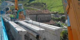 El derribo del viejo puente del colector de Añarbe en Loiola concluirá a final de mes