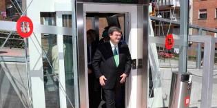 Bilbao pone en marcha un ascensor que  conecta la pasarela de Zorrotza con el barrio de Zazpilanda