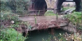 URA retira una antigua cobertura en el Rio Granada, en Trapagaran