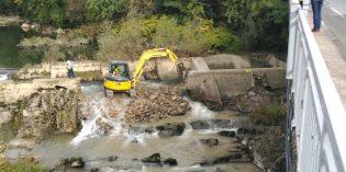 URA demuele parcialmente la presa de La Salvadora en Aduna