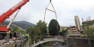 URA derriba el puente de Altzarrate en Llodio